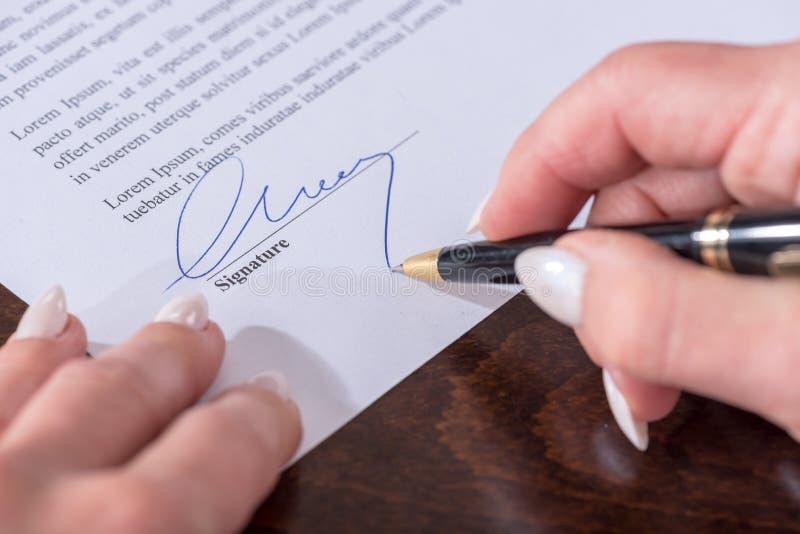 Signature d'un contrat photo libre de droits