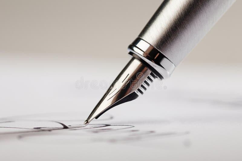 Signature d'une signature avec un stylo-plume photos libres de droits