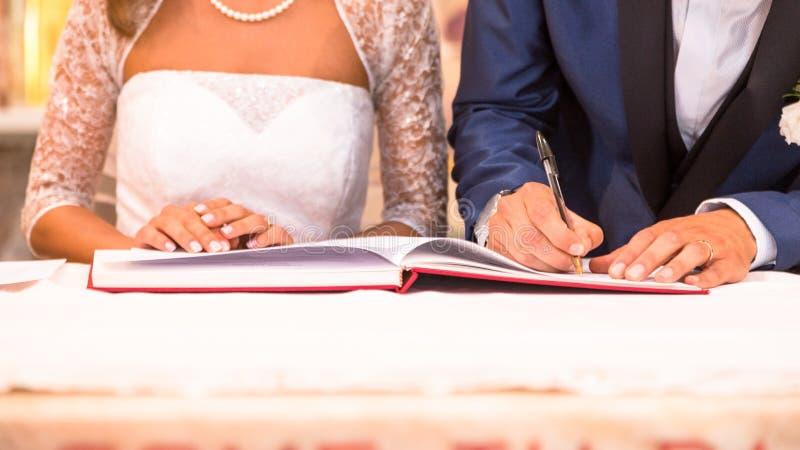 Signature de mariage de jeunes mariés photographie stock libre de droits