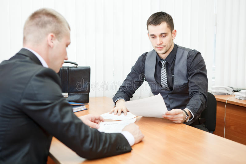 Signature du contrat dans le bureau image libre de droits