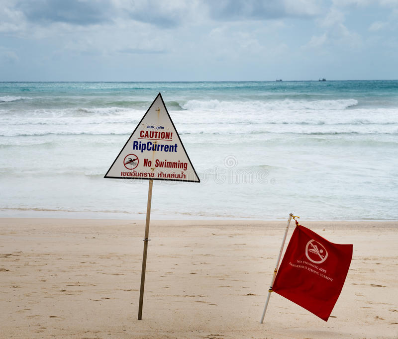 Signaux d'avertissement au sujet du courant de déchirure à une plage images stock