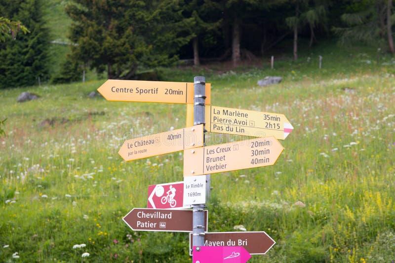 Signboard dla wycieczkować i walkind w halnym Verbier Switzerland zdjęcie royalty free