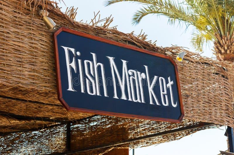 Signboard plenerowy rybi rynek Rybiego rynku znak na plaży z drzewkiem palmowym zdjęcia stock