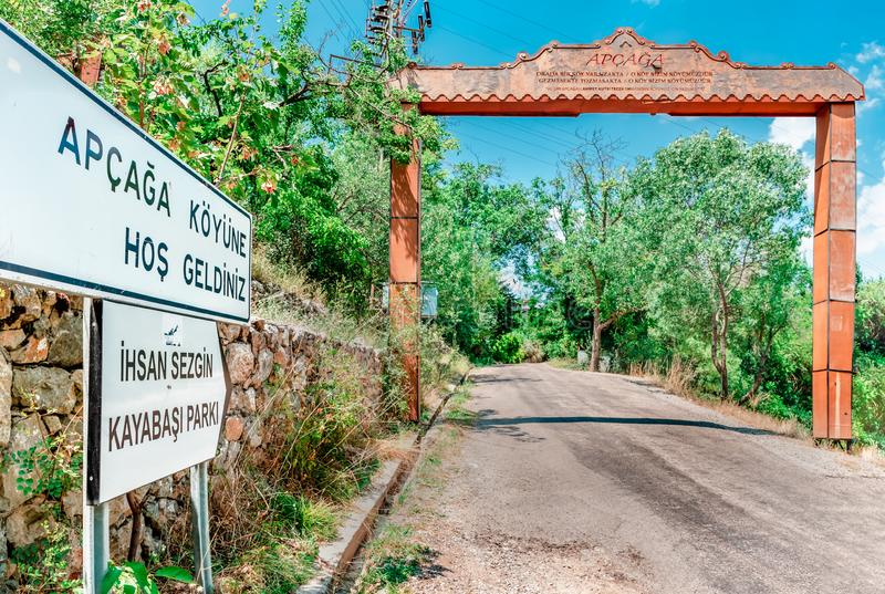 Signboard pokazuje kierunek Apcaga wioska w miasteczku Kemaliye obraz royalty free