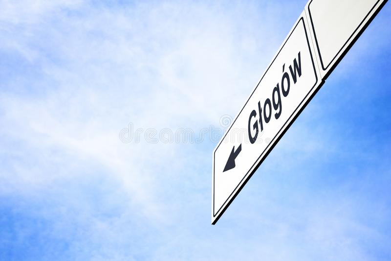 Signboard wskazuje w kierunku Glogow obraz stock