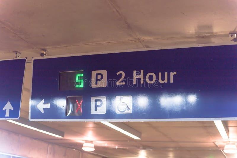 Signboard z ruchów drogowych kierunkami i PROWADZĄCYM pokazu dostępnym miejscem do parkowania zdjęcia royalty free