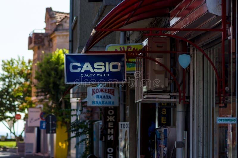 Signboars различных магазинов на центральной торговой улице в городке курорта на море Pomorie стоковое фото
