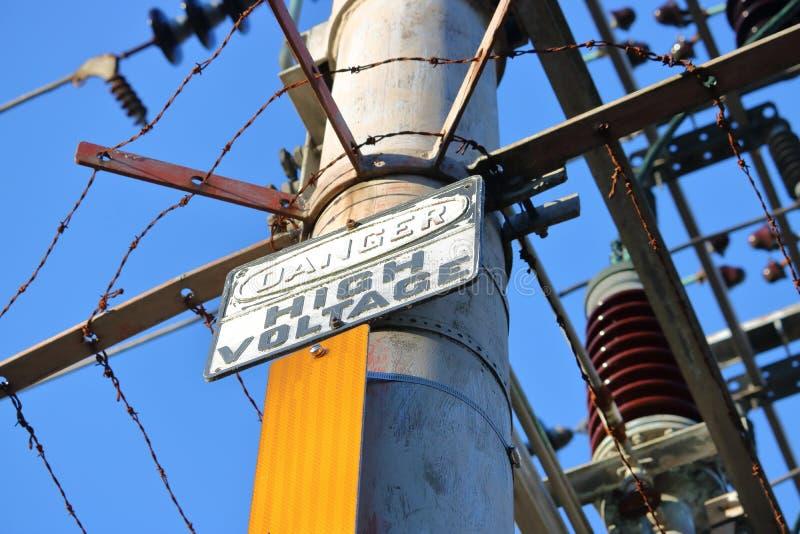 Signe à haute tension de danger et circuits électriques image libre de droits
