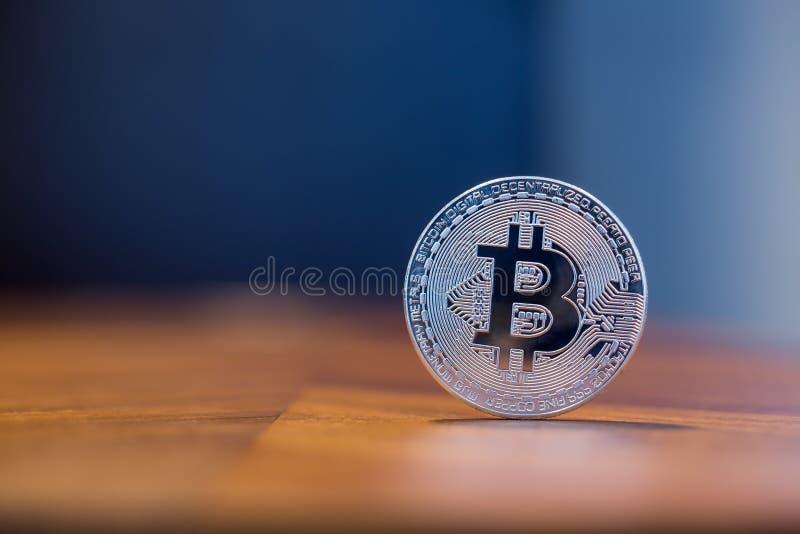 Signe électronique Bitcoin de Cryptocurrency avec le spac de copie de fond image stock