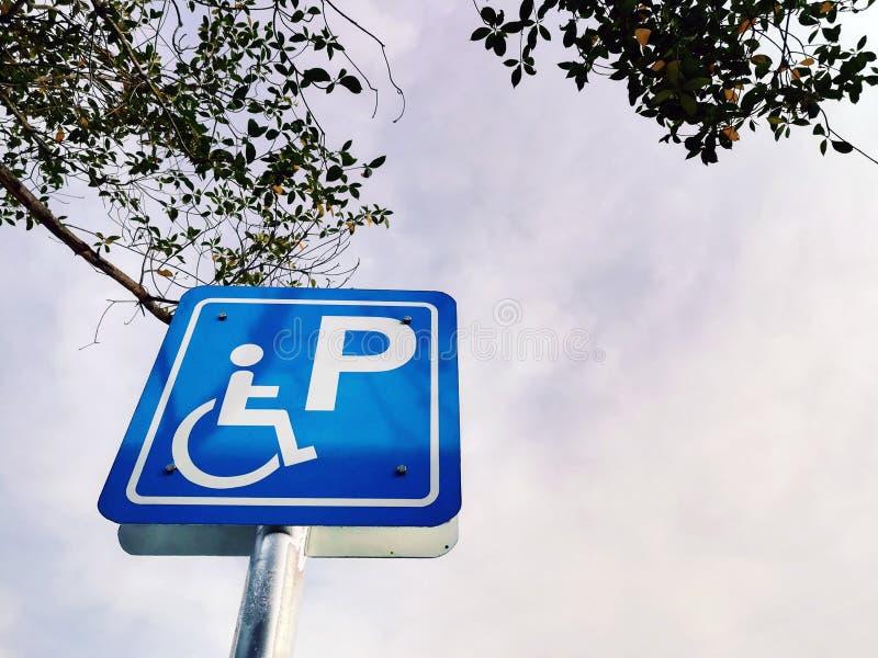 Signe accessible de stationnement photo stock