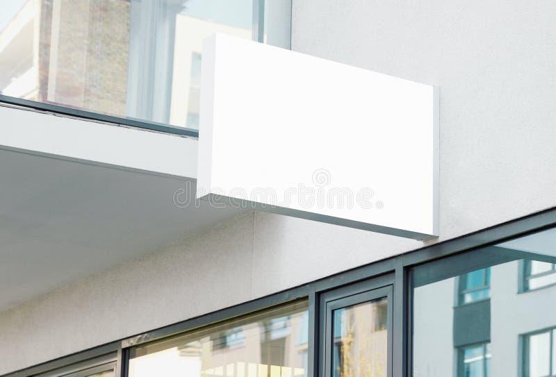 Signe accrochant moderne de mur de société de blanc avec l'espace blanc de copie images stock