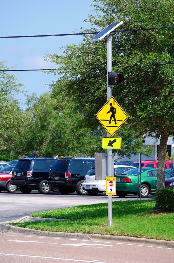 Signe actionné solaire de passage clouté de rue photos stock