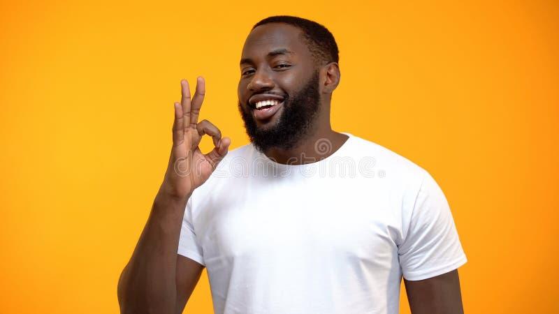 Signe afro-am?ricain beau d'OK d'apparence d'homme, examen de client, service amical photos stock