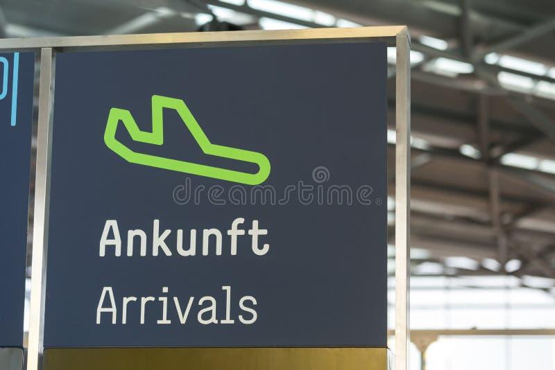 Signe allemand d'arrivées d'aéroport photos stock