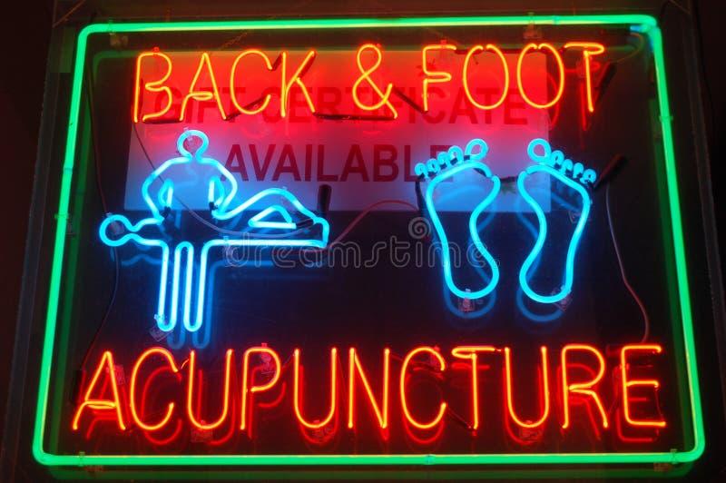 Signe au néon d'acuponcture image stock