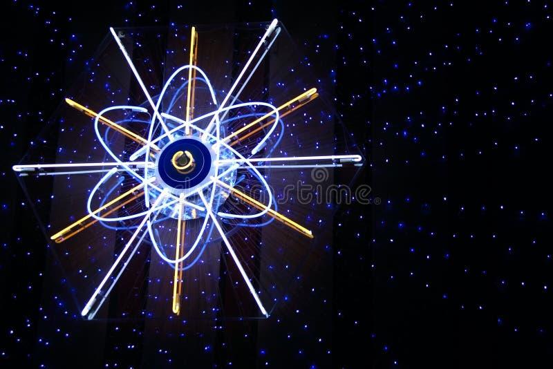 Signe au néon d'atome avec rayonner les étoiles bleues images libres de droits