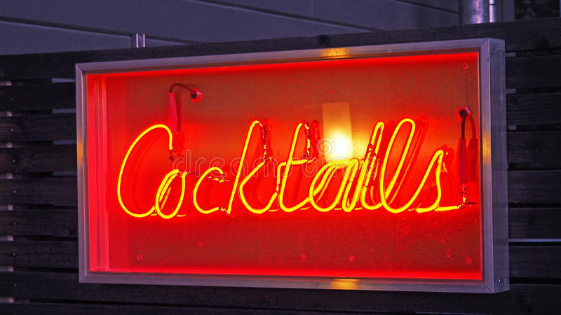 Signe au néon de cocktails photos stock