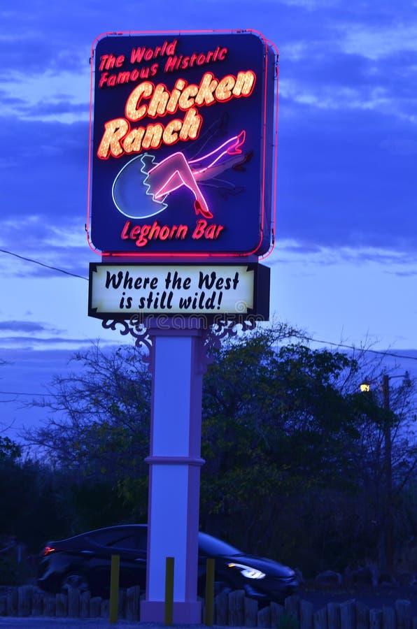 Signe au néon et allumé pour le bordel juridique de ranch de poulet images libres de droits