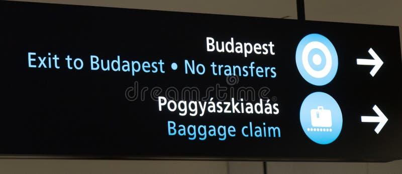 Signe au sujet du retrait des bagages dans l'aéroport de Budapest photos libres de droits