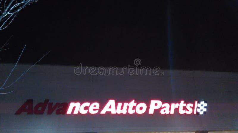 Signe avant partiellement allumé de magasin de pièces d'auto anticipées avec le logo la nuit NJ, ETATS-UNIS photographie stock