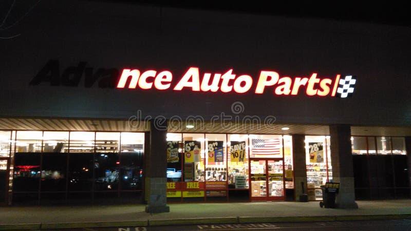 Signe avant partiellement allumé de magasin de pièces d'auto anticipées avec le logo la nuit NJ, ETATS-UNIS photos stock