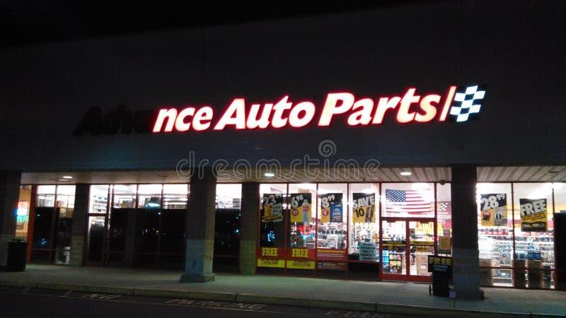 Signe avant partiellement allumé de magasin de pièces d'auto anticipées avec le logo la nuit NJ, ETATS-UNIS photographie stock libre de droits