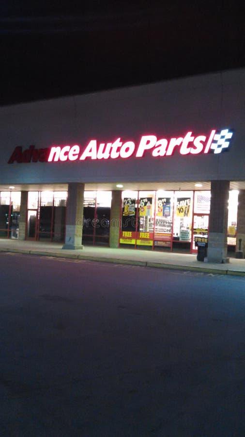 Signe avant partiellement allumé de magasin de pièces d'auto anticipées avec le logo la nuit NJ, ETATS-UNIS images libres de droits