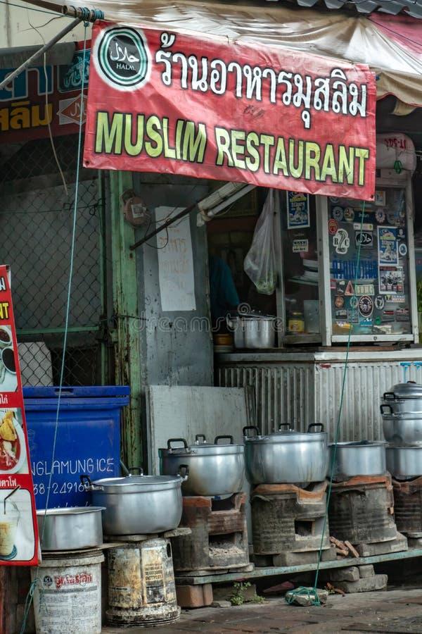 Signe avec le texte d'un restaurant musulman, Thaïlande images stock