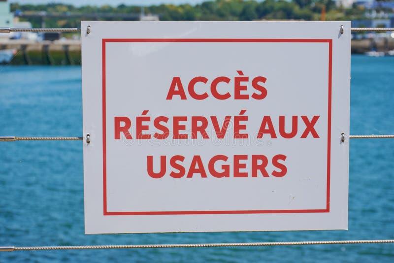 Signe avec le texte français : accress limités aux utilisateurs autorisés photo stock