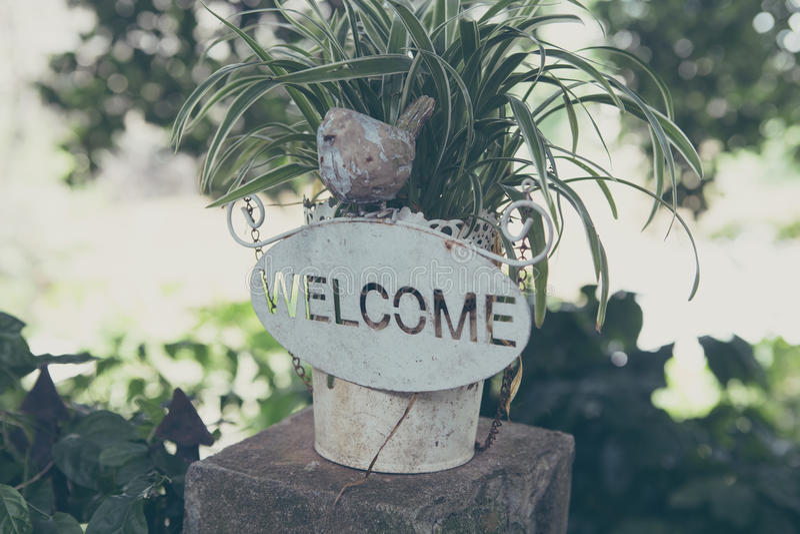 Signe bienvenu, au bac de fleur images stock