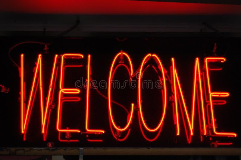 Signe bienvenu au néon photographie stock libre de droits