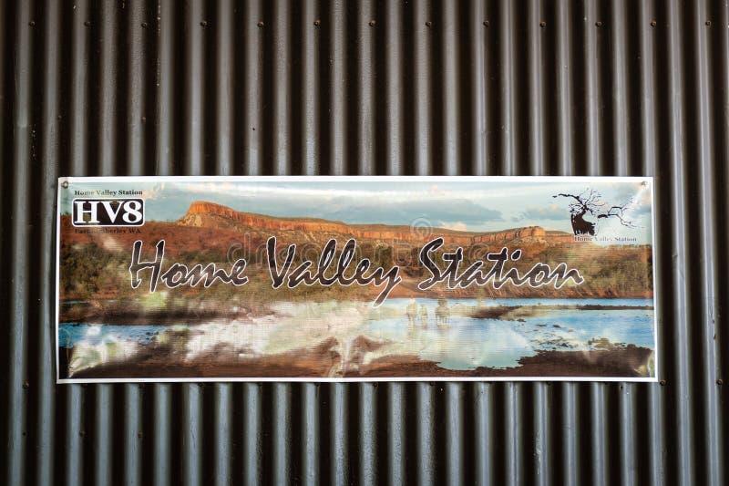 Signe bienvenu de station à la maison de vallée photographie stock libre de droits