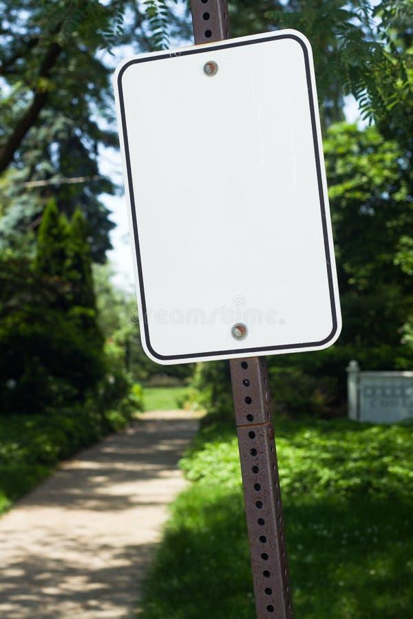 Signe blanc à un stationnement image stock