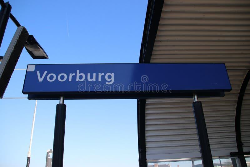 Signe bleu et blanc Voorburg de nom sur la plate-forme de la gare ferroviaire aux Pays-Bas image libre de droits