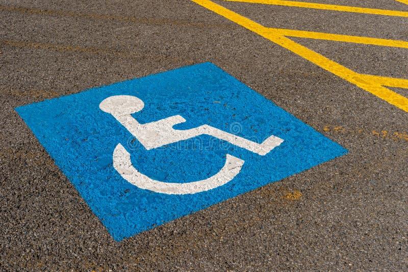 Signe bleu handicapé de stationnement photo stock