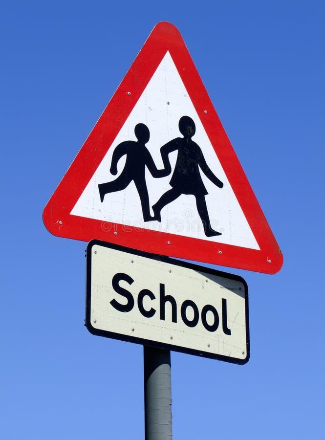 Signe britannique de bord de la route d'école. photographie stock