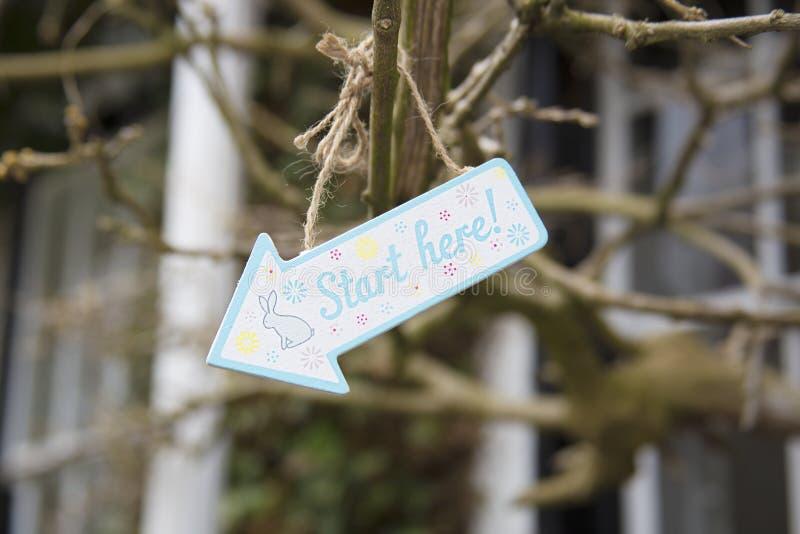 Signe coloré en bois de chasse à oeuf de pâques avec le lapin images libres de droits