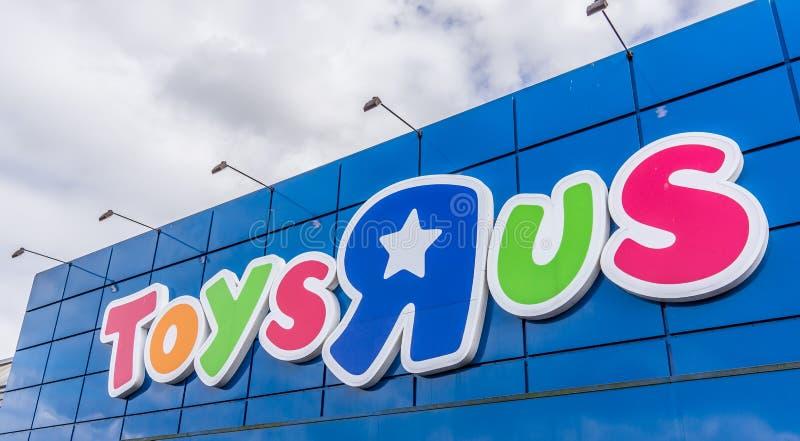 Signe contre le ciel bleu Toysrus est un détaillant américain de jouet photographie stock libre de droits