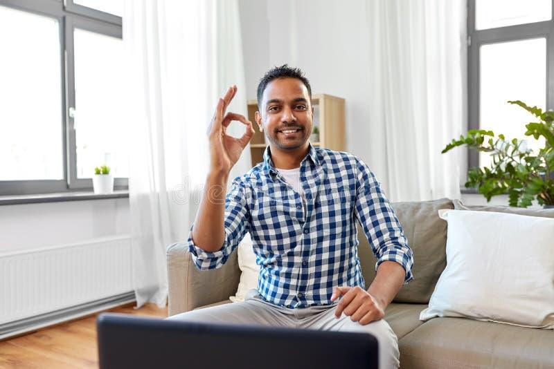 Signe correct de main d'apparence masculine indienne de blogger à la maison photo stock