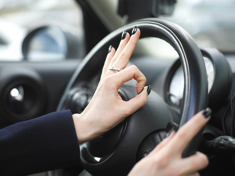 Signe CORRECT et conducteur femelle image libre de droits