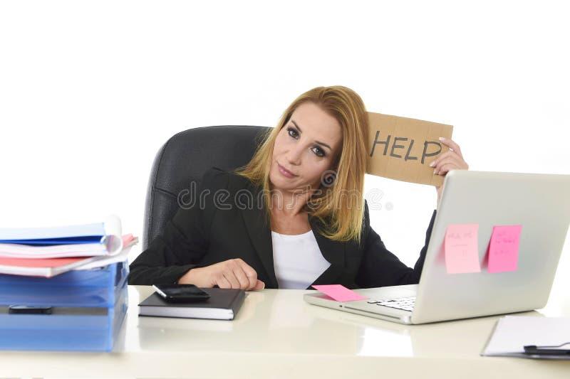 signe d'aide de participation de la femme d'affaires 40s fonctionnant la douleur désespérée photos stock