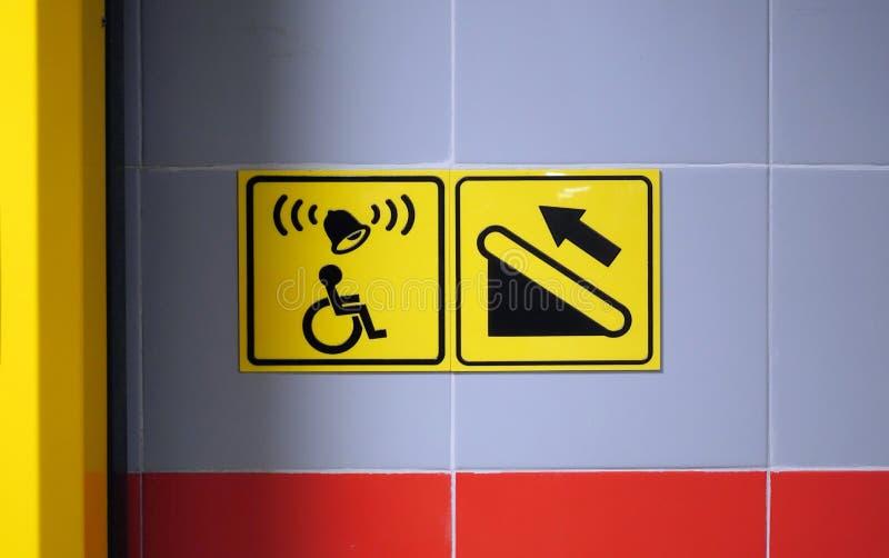 Signe d'aide pour une personne dans un fauteuil roulant Aide dans des escaliers s'élevants icône pour l'handicap image stock
