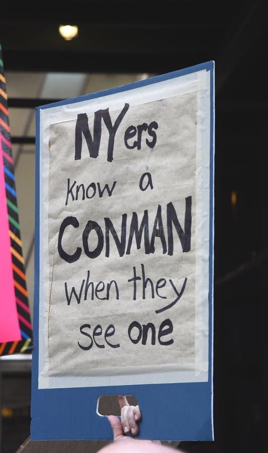 Signe d'Anti-atout au ` s mars, New York City de femmes, le 21 janvier 2017 photo libre de droits