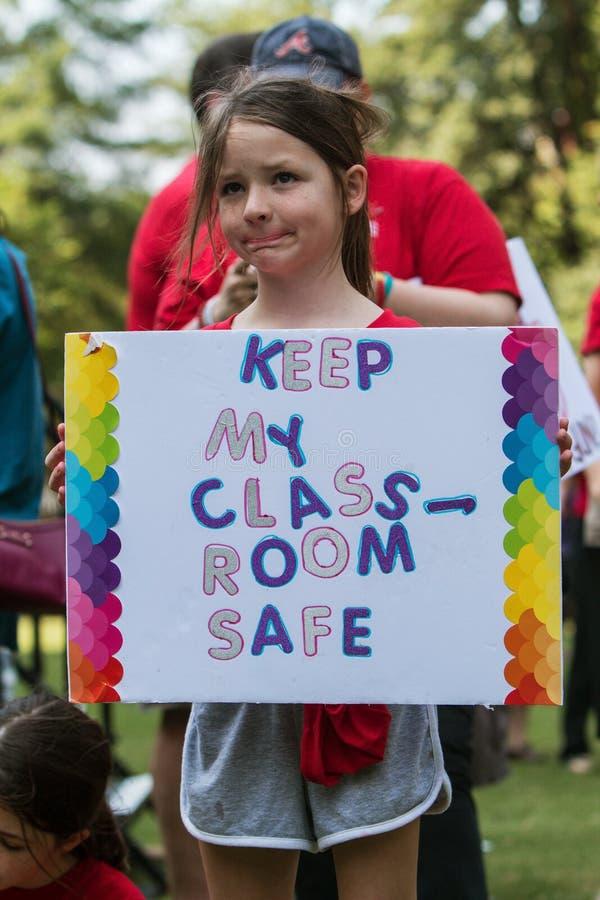Signe d'arme à feu de prises d'enfant anti au rassemblement d'Atlanta s'opposant au NRA images libres de droits