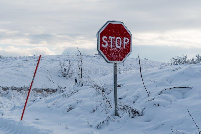 Signe d'arrêt couvert par neige photographie stock