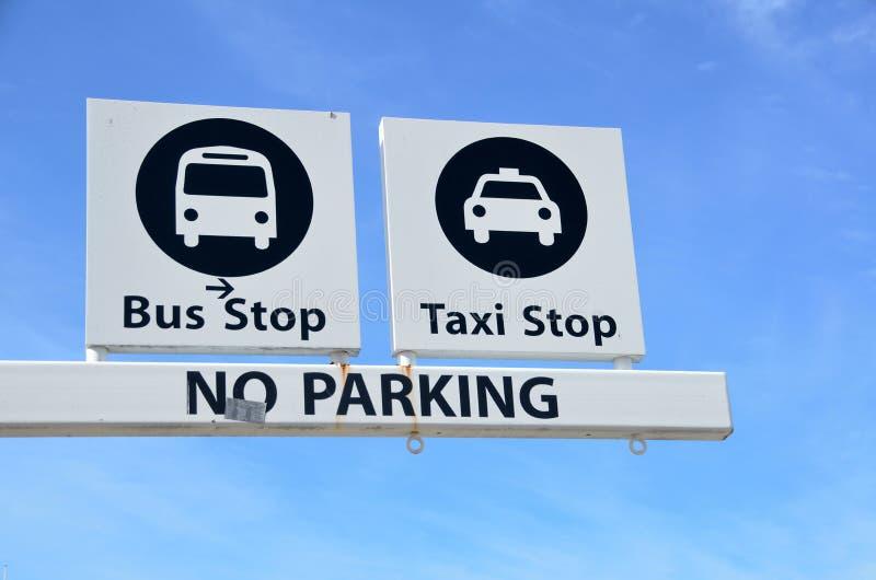 Signe d'arrêt de bus et de taxi photos libres de droits