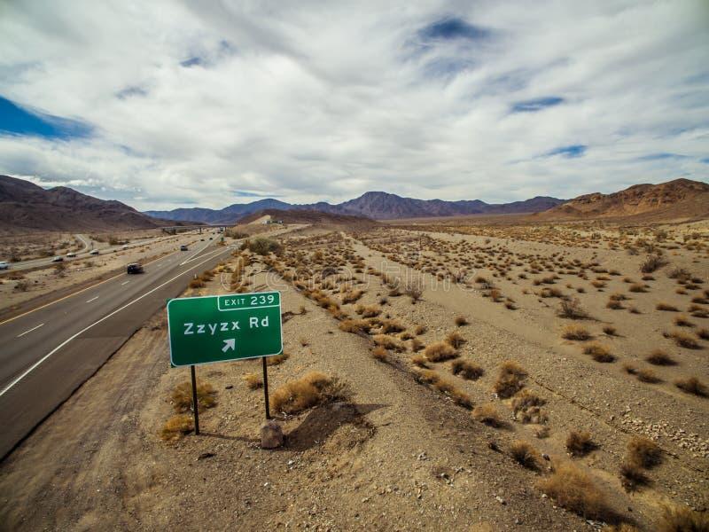 Signe d'autoroute de route de Zzyzx le long de l'autoroute 15 d'un état à un autre près de Baker photos libres de droits