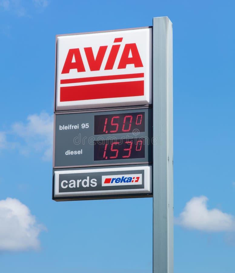 Signe d'AVIA avec des prix de carburant au poste d'essence images libres de droits