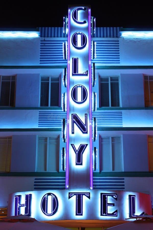 Signe d'hôtel de colonie la nuit photos libres de droits
