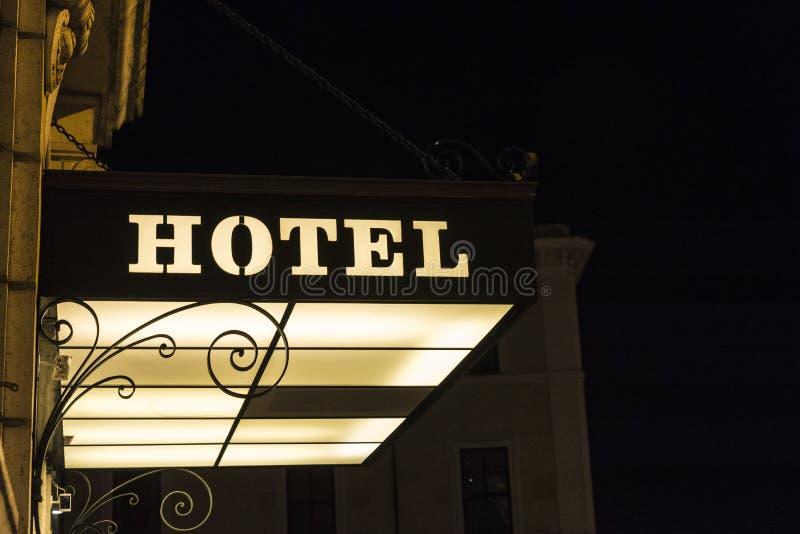 Signe d'hôtel illuminé la nuit image libre de droits
